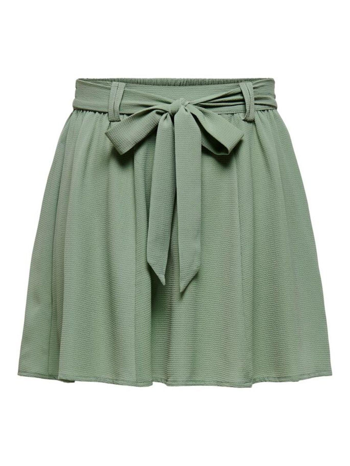 Salbeigrün ist DIE Trendfarbe des Jahres – und in Form dieses luftigen Röckchens definitivein Must-have in unserem Kleiderschrank. Von Only, um 22 Euro.