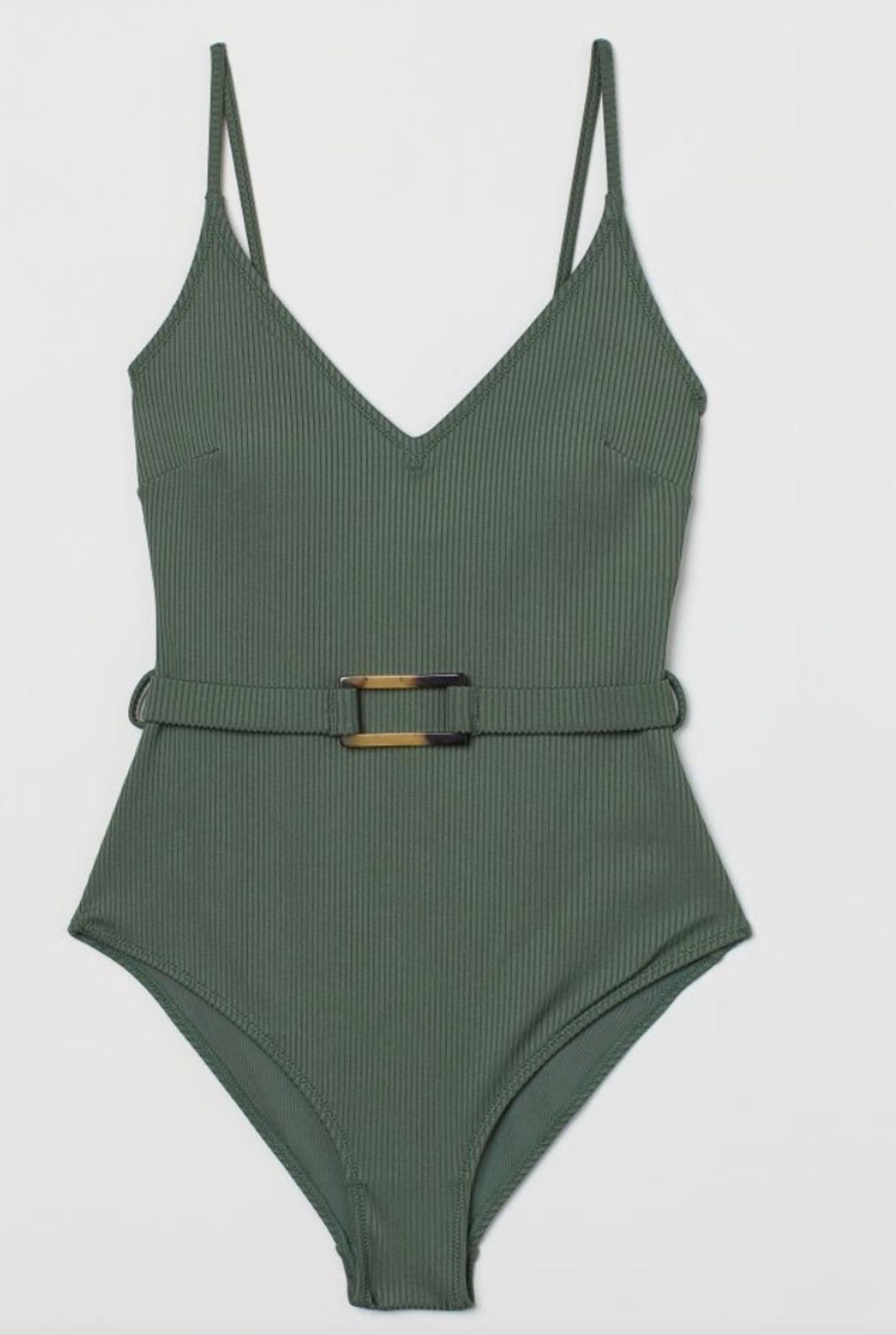 Die Badesaison ist endlich da und mit ihr jede Menge tolle Swimwear, die unseren Urlaub oder das Sonnenbad auf Balkonien gleich noch schöner machen. Beweise gefällig? Wie wäre es mit diesem olivegrünen Badeanzug mit Taillengürtel? Von H&M, um 30 Euro.