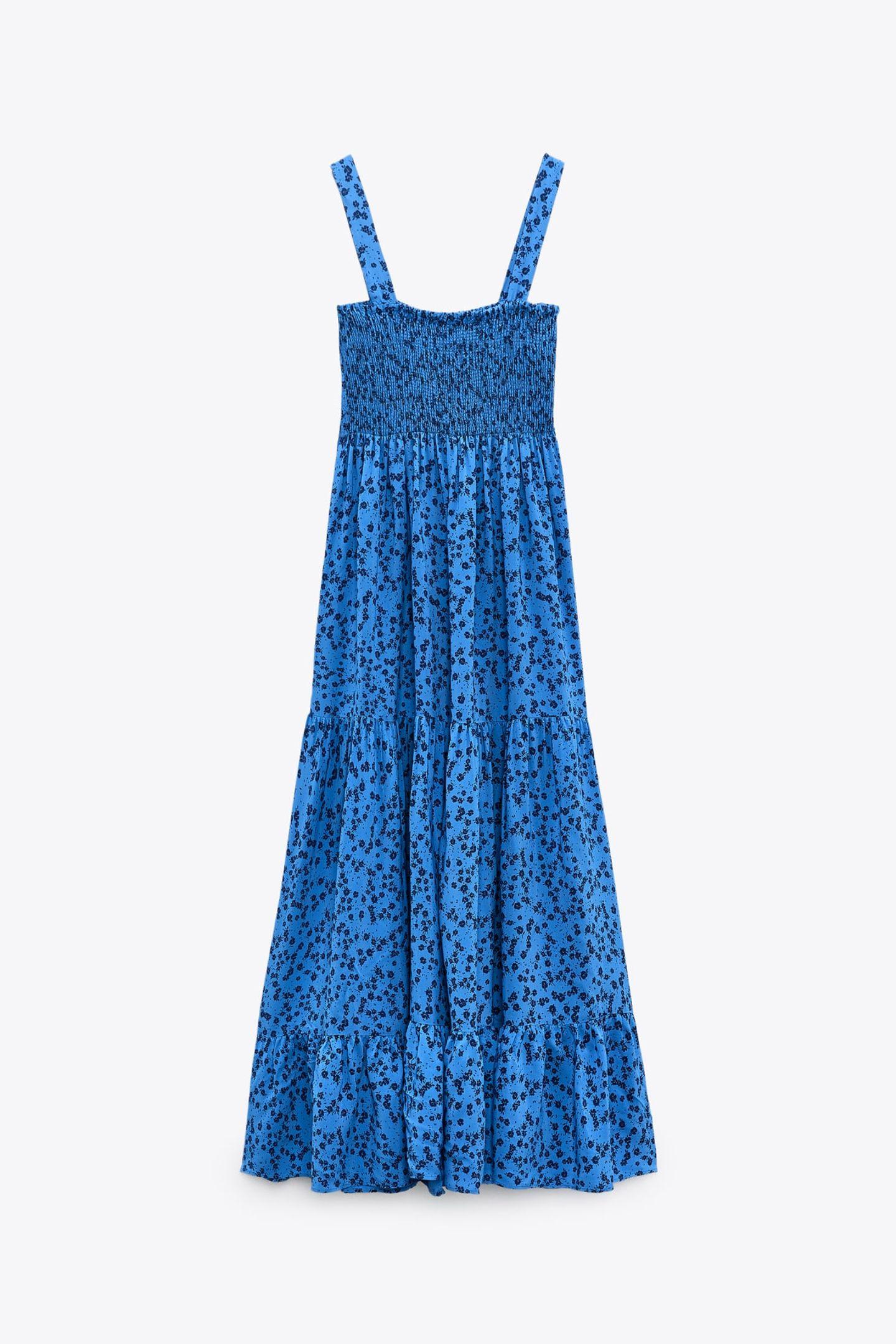 Fürs Büro oder den Feierabend-Drink mit der BFF – dieses royalblaue Midikleid mit Blumenmuster ist ein echter Summer-Allrounder. Von Zara, um 40 Euro.