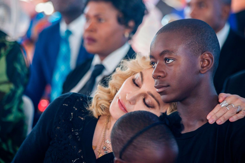 Madonna zeigt Sohn David: Seltener Auftritt im Designerkleid