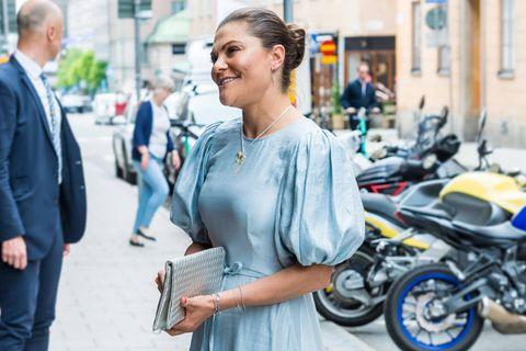 """Es ist wieder soweit: In Stockholm wird der """"Astrid Lindgren Memorial Award"""" verliehen. Zu diesem Event putzt sich Kronprinzessin Victoria von Schweden besonders heraus und begeistert dabei vor allem mit ihren herzerwärmenden Accessoires. Zu ihrem glänzenden Maxikleid greift sie nämlich zu ganz besonderem Schmuck. Wie auch im Jahr zuvor, strahlen Ohrringe mit einem silbernen """"Pippi Langstrumpf""""-Anhänger an ihrem Ohr. Um ihren Hals trägt sie eine Kette mit einem Pferde-Anhänger, der wohl den Charakter """"Kleiner Onkel"""" aus dem """"Astrid Lindgren""""-Klassiker darstellen soll. Hach, wie süß!"""