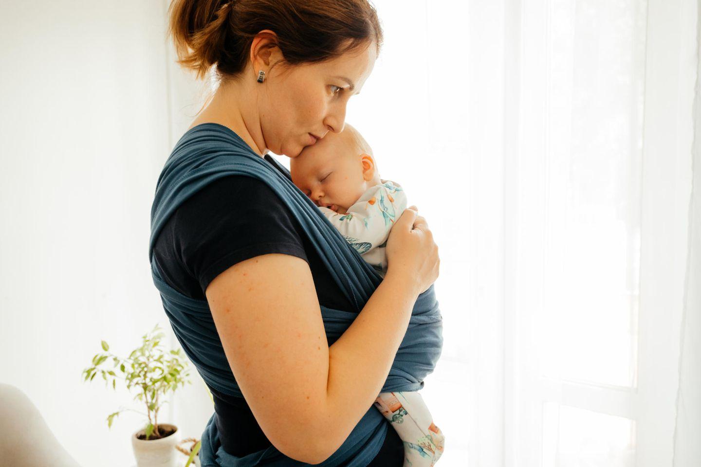Neue Studie: Mutter mit Baby im Tragetuch