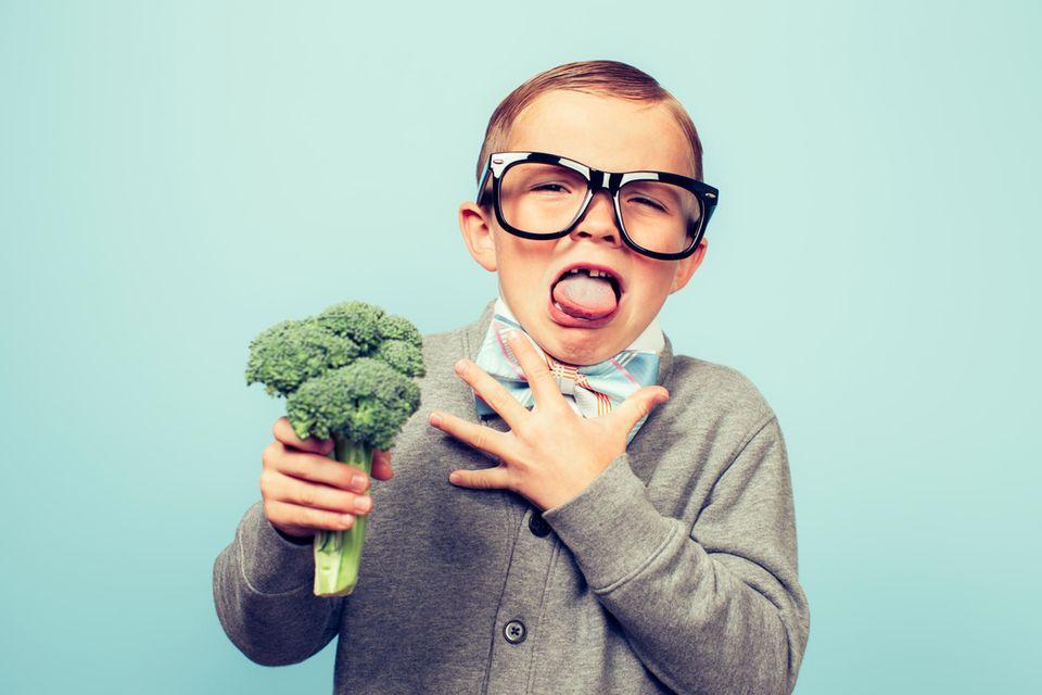 Geschmacksstudie: Kleiner Junge mit Brokkoli Igitt