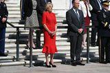 """Dr. Jill Biden ist als First Lady Teil der """"Memorial Day""""-Feierlichkeiten. Anstatt wie Vize-Präsidentin Kamala Harris auf eine Blazer-Kombi zu setzen, entscheidet sich Jill für ein wadenlanges rotes Kleid und macht damit alles richtig. Der Schnitt und die Farbe lassen die Frau des US-Präsidenten jung und frisch wirken – die halbhochgesteckten Haare komplettieren das moderne Outfit."""