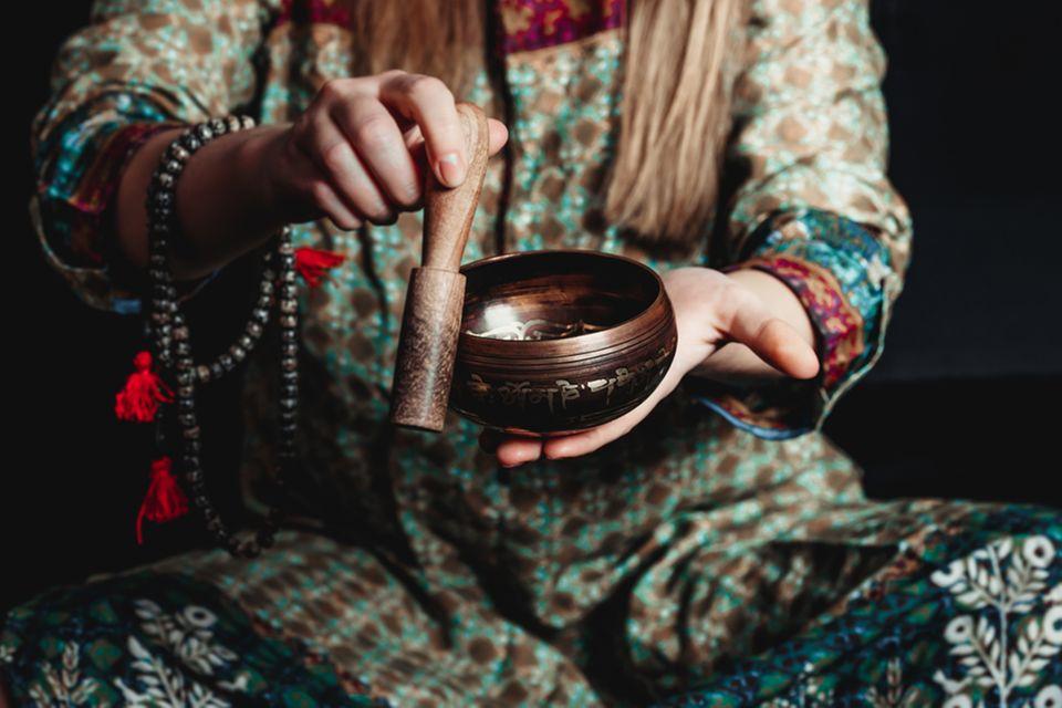 Tibetische Medizin: Frau stellt Medizin her