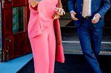 Den kennen wir doch: Königin Máxima zeigt sich zur Eröffnung der Kinderbiennale im Groninger Museum mit einem Zweiteiler ihres Lieblingsdesigners Natan. Ein Eyecatcher-Look, den die Royal bereits zum dritten Mal präsentiert. Langweilig? Keineswegs! Denn dieses Mal kombiniert Máxima eine dreireihige Perlenkette und einen breiten Hut zum Pink-Ensemble.