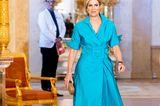 """Wie könnte es auch anders sein: Zur Preisverleihung""""Appeltjes van Oranje 2021"""" in Den Haag trägt Königin Máxima (erneut) ein Kleid ihres Lieblingsdesigners Natan. Dastürkisfarbene Kleid in Wickel-Optik und mit XXL-Taillengürtel steht ihr hervorragend. Dazu wählt sie farblich passende Ohrringe und eine Box-Clutch."""