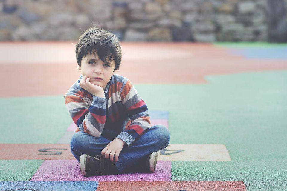 Erziehungsgewohnheiten: Junge guckt traurig
