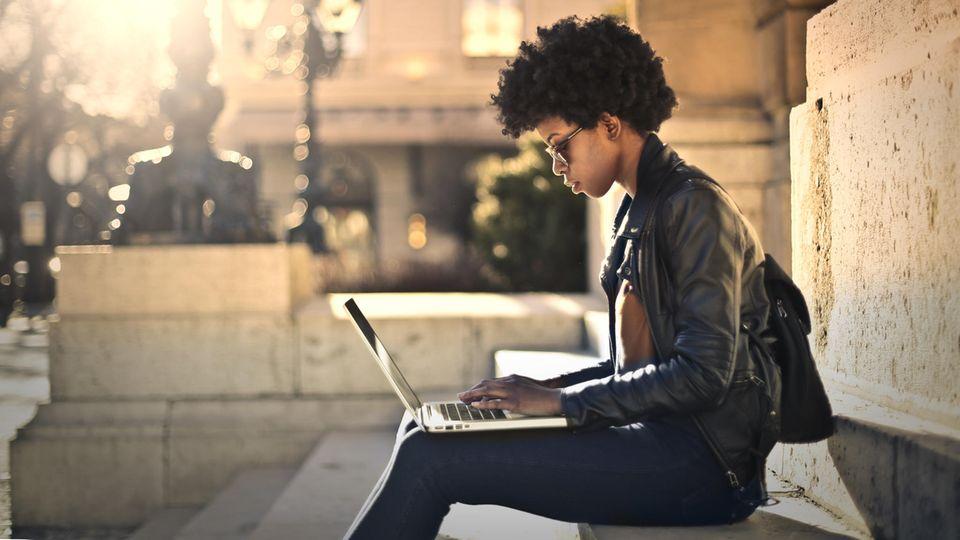Horoskop: Eine Frau mit Laptop