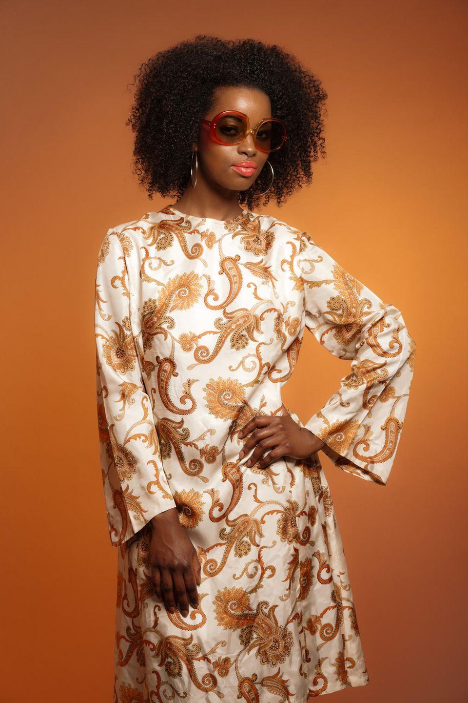 70er Jahre Mode: Frau im Paisley-Kleid