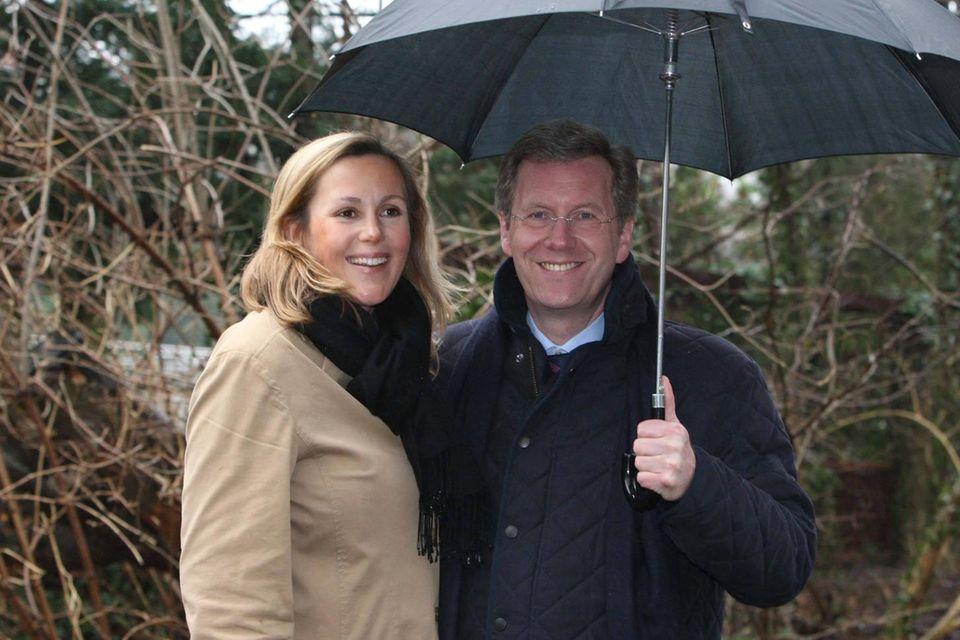 Bettina Wulff: Endlich bestätigt sie das Liebescomeback mit Christian Wulff: Bettina und Christian Wulff beim Spaziergang