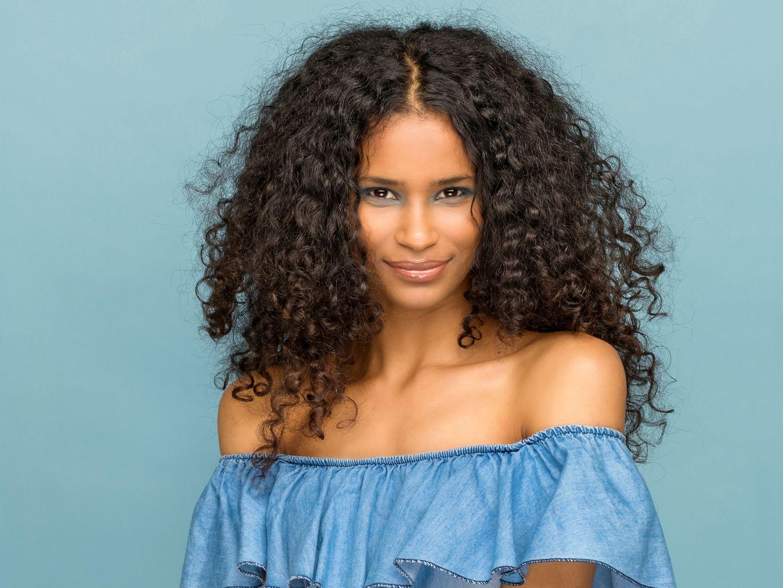 Trägerlose BHs: Die richtigen Bras für den Schulterfrei-Trend, Junge Frau mit blauem schulterfreiem Shirt