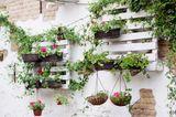 Terrassen-Deko selber machen: Paletten mit Pflanzenkübeln