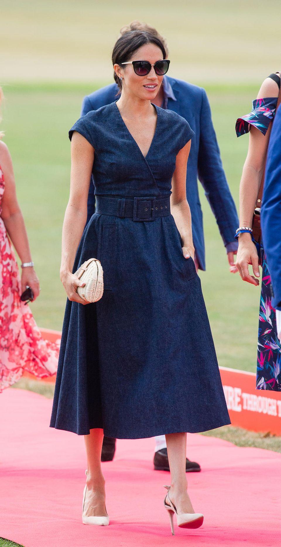 Auch Herzogin Meghan setzt auf ein Dress mit Taillengürtel und ausgestelltem Rock.