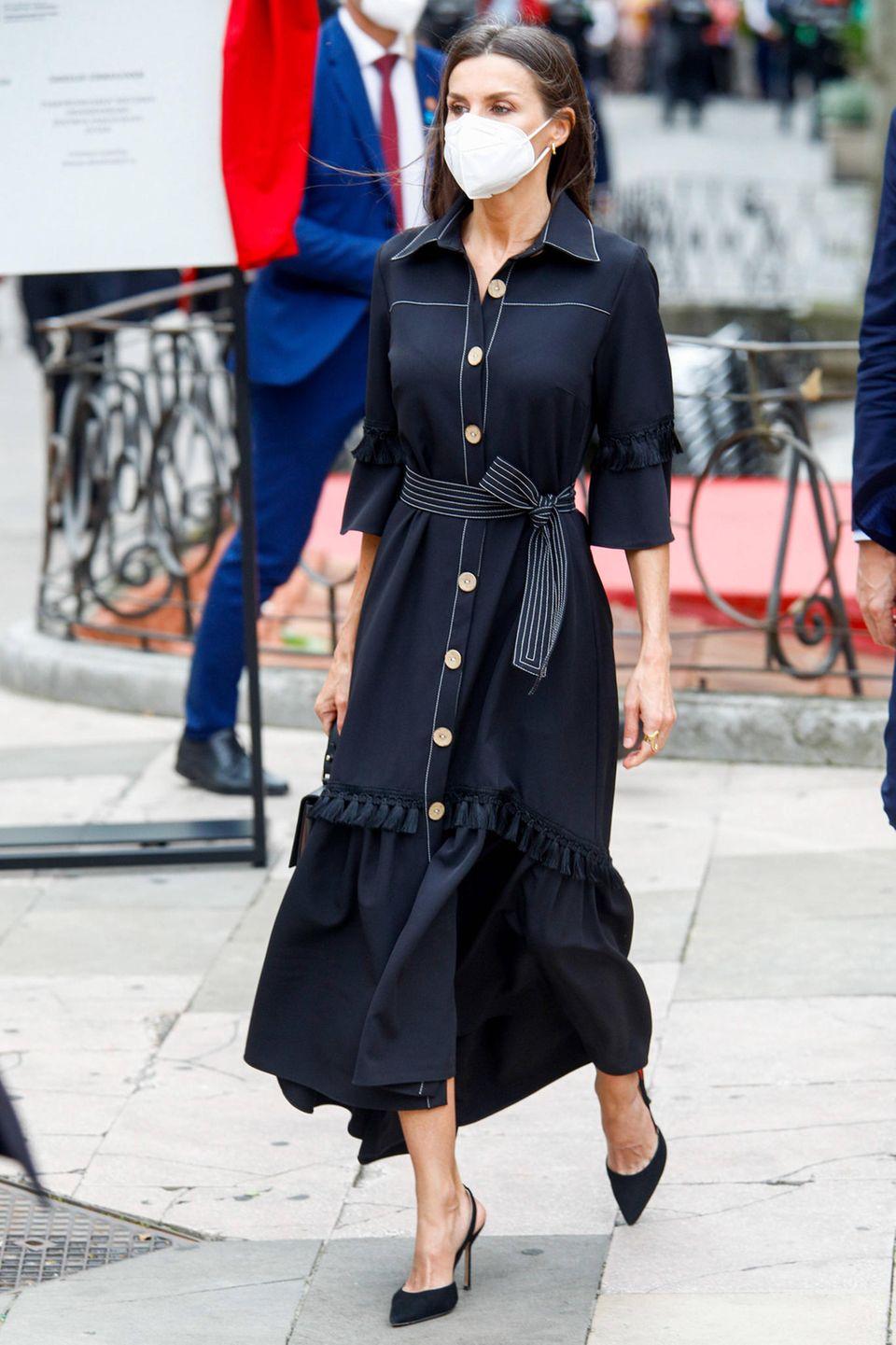 Auch Königin Letizia von Spanien peppt ihr schienbeinlanges Kleid mit einem Band um die Taille auf.