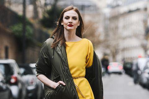 Übergangsjacke: Frau in Kleid mit Jacke