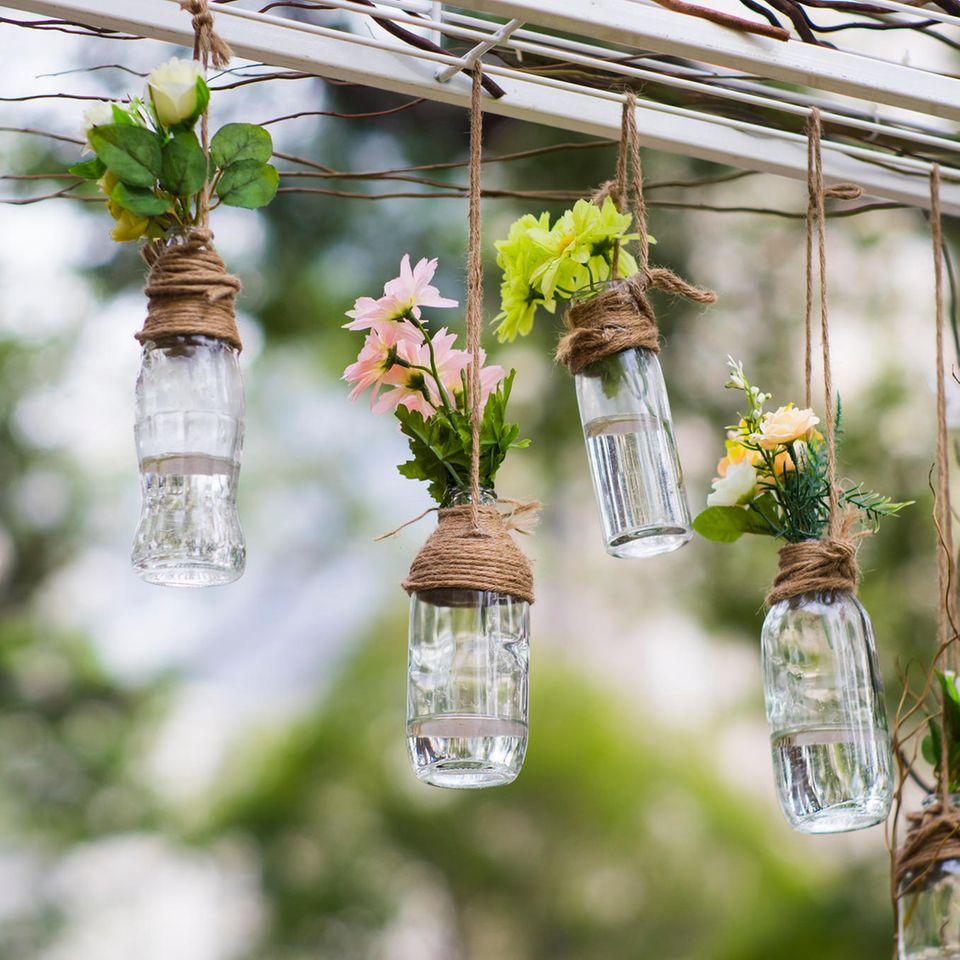 Terrassen-Deko selber machen: Glasvasen mit Blumen