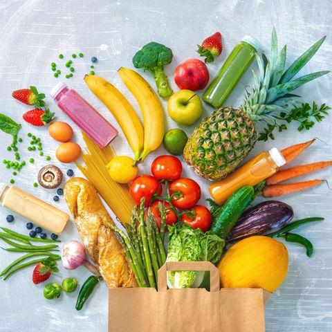 Ernährungsmythen: Obst und Gemüse purzeln aus Papiertüte
