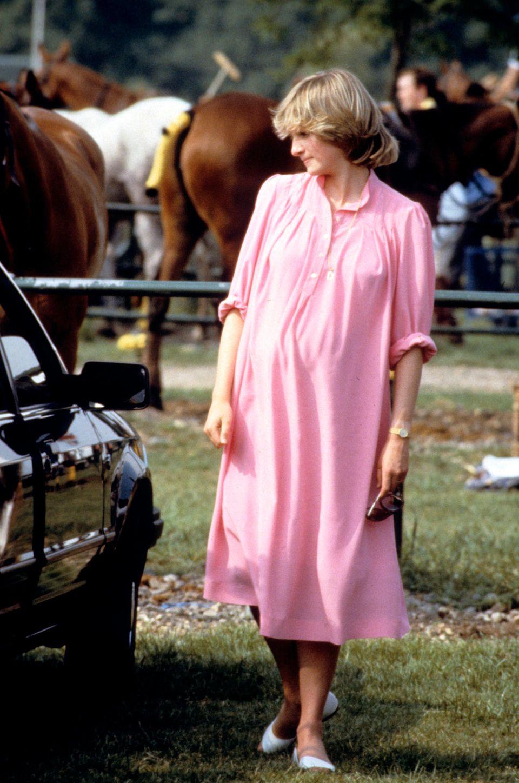 Prinzessin Diana mit dem pinken Trendkleid im Sommer 1982.