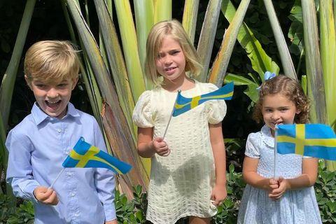 In Schweden wird Nationalfeiertag gefeiert und Prinzessin Madeleine postet endlich mal wieder ein Foto ihrer drei Kinder: Nicolas, Leonore und Adrienne (v.l.n.r.). Die drei sind sogar in den Nationalfarben, Blau und Gelb, gekleidet und wedeln freudig mit Flaggen in die Kamera.