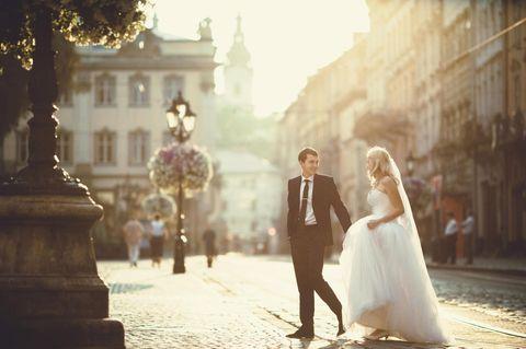 Beziehung: Ein junges Hochzeitspaar in einer Stadt