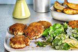Fisch-Buletten mit asiatischem Kale-Salat