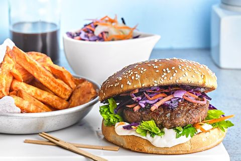 Wildschwein-Burger mit Rotkohl-Slaw