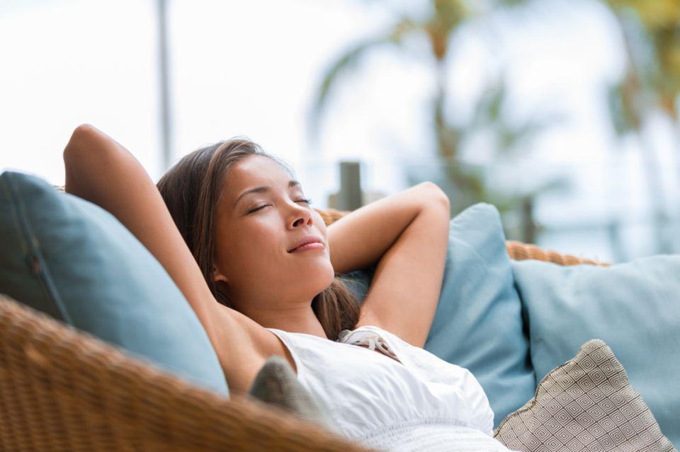 Inneres Team: Frau entspannt sich auf der Couch.