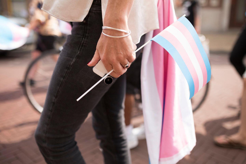 Trans: Frau mit Flagge