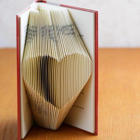 Basteln mit alten Büchern: Buchseiten gefaltet zum Herz