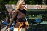 Luftiger Stoff, angemessene Länge und die Schultern bedeckt – Königin Máxima ist perfekt gekleidet für ihren offiziellen Besuch in Zwolle. Das Kleiddes niederländischen ModedesignersJan Taminiau gehört zu Máximas Lieblingskleidern. Das letzte Mal trug sie es auf einerbesonderen Reise.