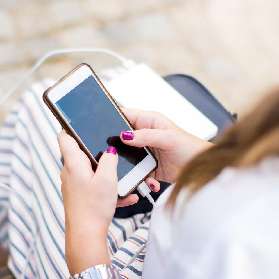iPhone: Frau mit Handy in der Hand
