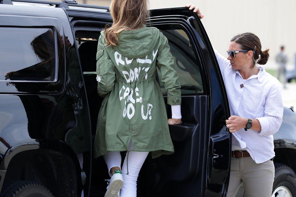 """Melania Trump besucht Kinder von Geflüchteten an der mexikanischen Grenze und es ist ihr – so steht es zumindest auf ihrem Parka – """"wirklich egal""""."""
