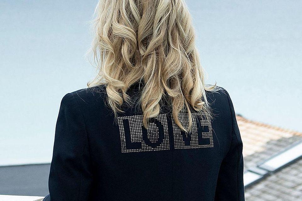 """Dr. Jill Biden trägt einen schwarzen Blazer von Zadig & Voltaire. Auf dem Rücken prangt in Strass das Wort """"Love""""."""