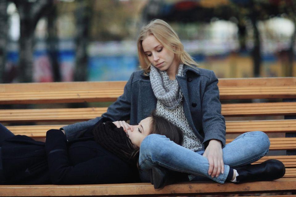 Psychologie: Ein Pärchen auf einer Bank im Park