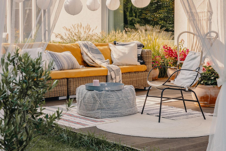 Gartenparty: Terrasse mit Korb-Möbeln