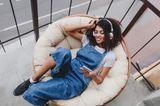 Horoskop: Eine Frau relaxt auf ihrem Balkon