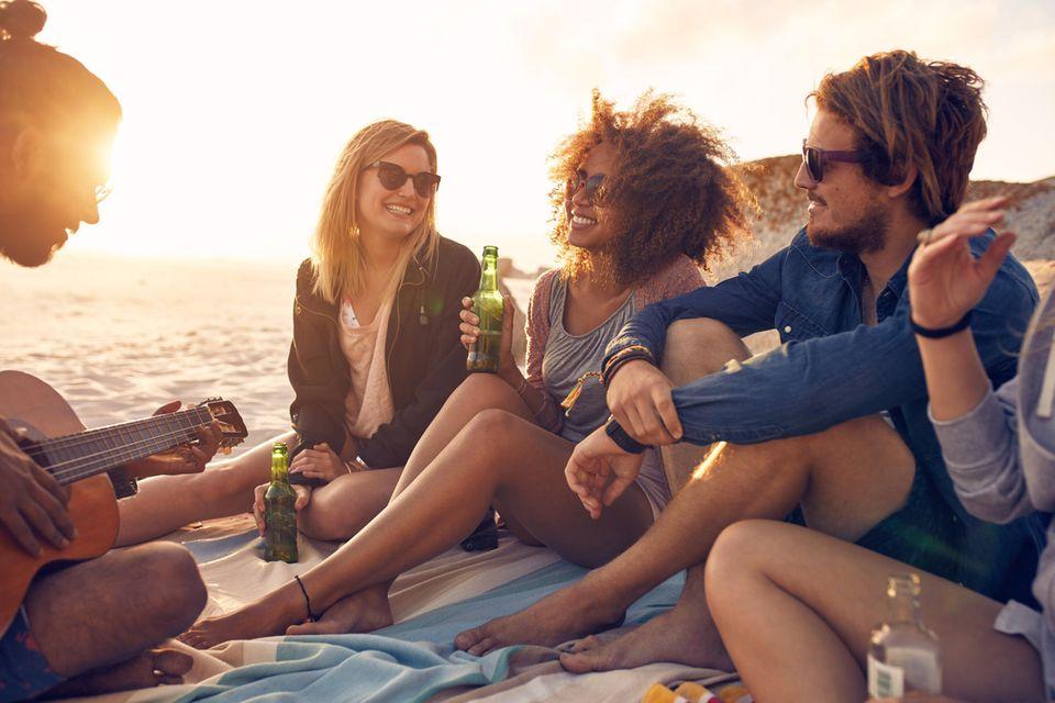 Horoskop: Eine Gruppe von Freunden am Strand