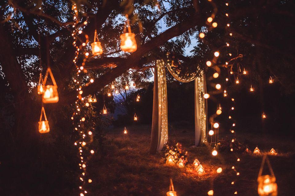 Gartenparty: Laternen und Lichter in den Bäumen