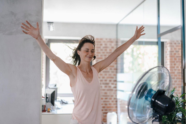 Frau vor Ventilator