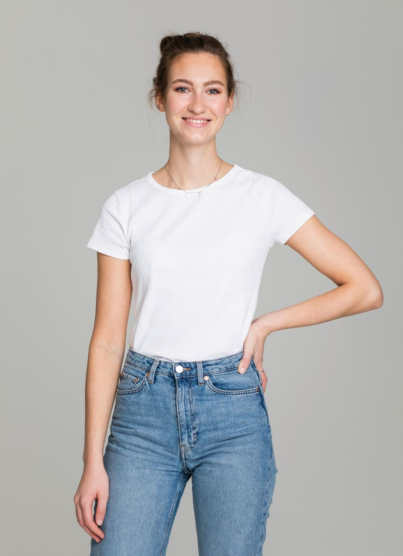Sommerlooks: Leo in weißen T-shirt und jeans