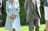 Es ist der erste Tag des Pferderennens in Ascot. Unter den Gästen sind – wie jedes Jahr – auch die britischen Royals. Für diesen Anlass wählt Herzogin Camilla ein hellblauesMantelkleid von Bruce Coldfield Couture. Dazu trägt sie einen farblich passenden Hut von Philip Treacy. Die hellen Perlenketten runden den Look ab. Prinz Charles wiederum trägt einen grauen Cut samt elegantem Zylinder.