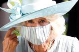 Ihr Outfit ist von Kopf bis Fuß durchdacht – und so trägt Herzogin Camilla natürlich keine 0815-Maske, sondern eine, die perfekt auf ihr Kleid abgestimmt ist.