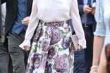 Auch Sophie von Wessex ist wieder mit von der Partie und wählt einen floralen Look, bestehend aus einem Midirock und einer weich fallenden Bluse.