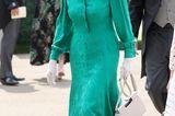 Am zweiten Tag des Pferderennens in Ascoterscheint Prinzessin Anne in einem jadegrünenKleid mir Kragen. Weiße Accessoires sowie die obligatorische Sport-Sonnenbrille dürfen natürlich nicht fehlen.