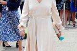 Tag eins und Sophie von Wessex trägt den perfekten Look für Ascot.Das eleganteSeidenkleid wirdan der Taille mit einem Gürtel geformt, die Trompetenärmel und der V-Ausschnitt geben dem schlichten Dress das gewisse Etwas. Dazu kombiniert sie eine farblich perfekt passende Kopfbedeckung von Jane Taylor.