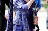 Prinzessin Anne setzt auf royales Blau und wählt ein schmal geschnittenes Kostüm mit Applikationen und Stola.