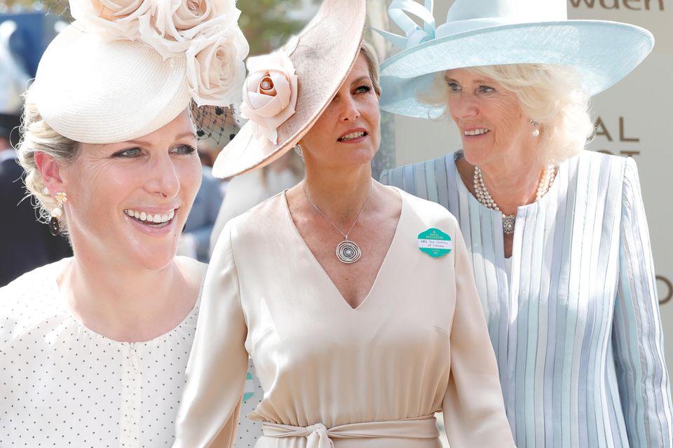 Camilla und Charles lassen sich nicht lange bitten und besuchen auch am zweiten Tag das Pferderennen in Ascot. Während Prinz Charles wieder zu einem grauen Anzug und Zylinder greift, setzt seine Frau dieses Mal auf ein zartgelbes Ensemble.