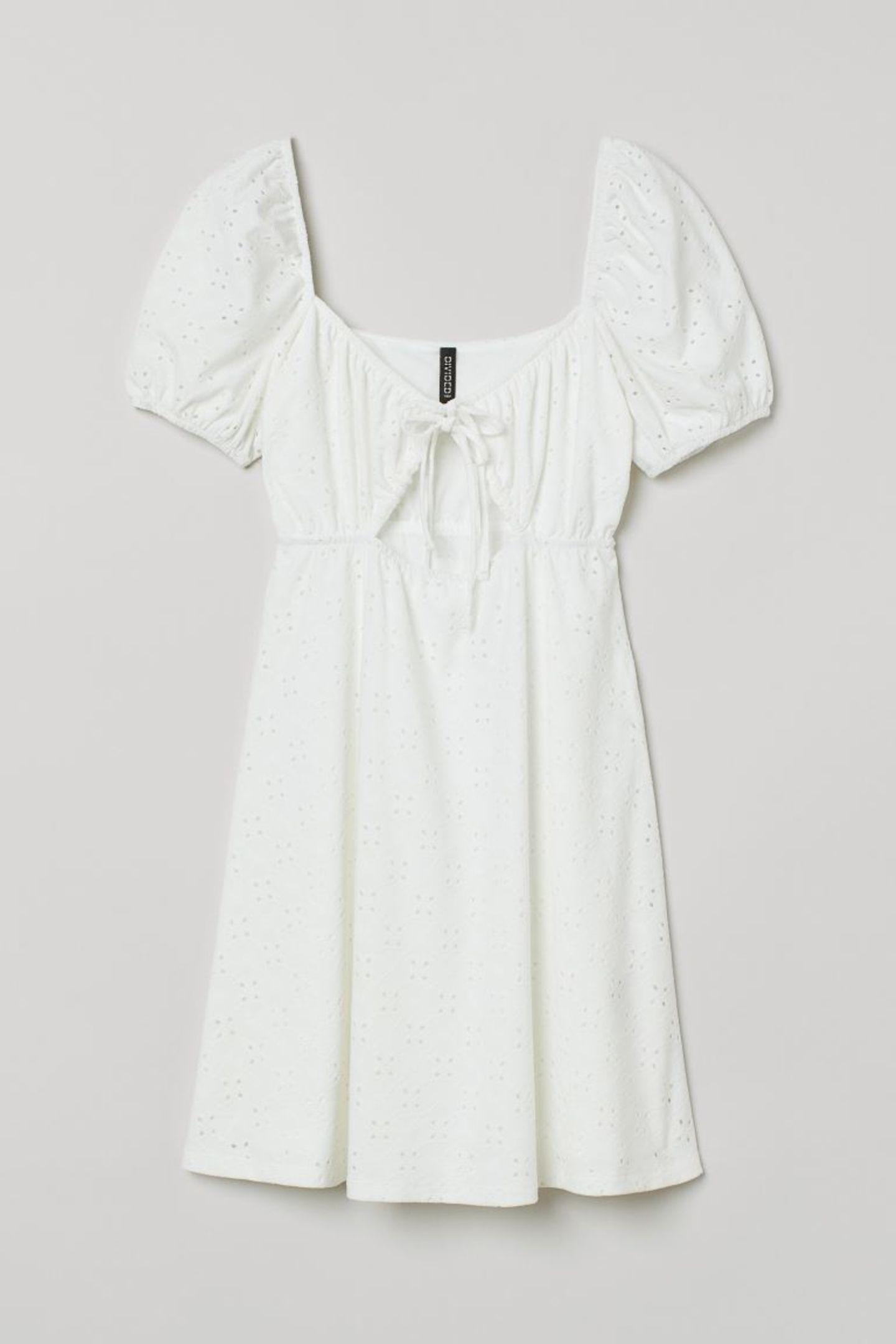 Ein weißes Sommerkleid gehört einfach in jeden Schrank, vor allem, wenn es so schöne Details hat wie dieses hier. Die Puffärmel und Cut-Outs machen es richtig besonders. Von H&M, ursprünglich für circa 15 Euro erhältlich.