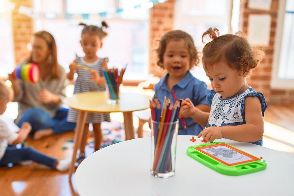 Erzieherinnen sind betrunken im Kindergarten